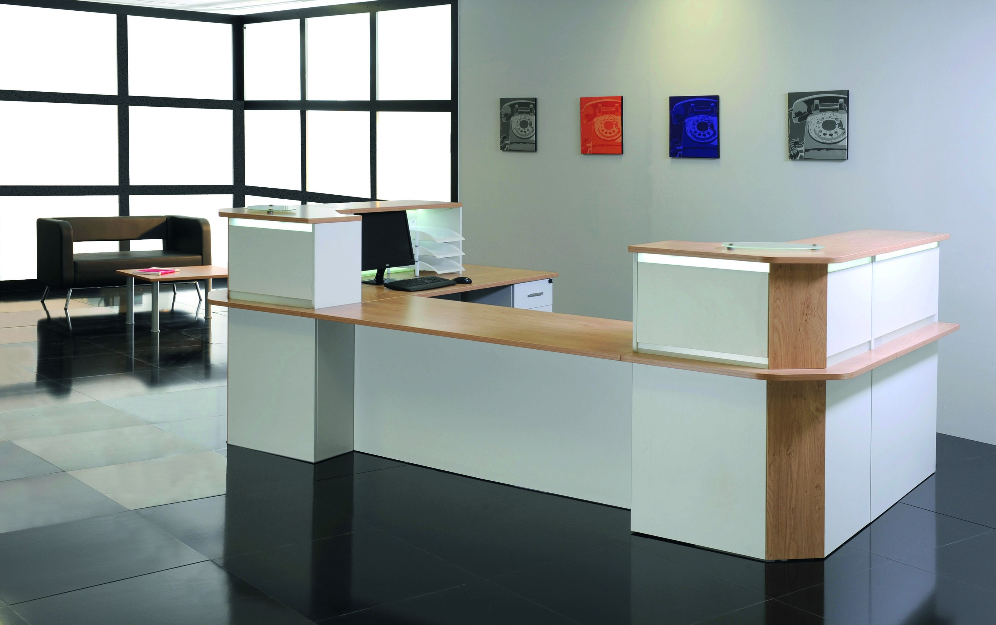 Banque d'accueil LUMINA - avec réhausse - L140 x H115 x P80 cm - Bande translucide Blanche - Finition chêne clair/blanc